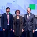 De izquierda a derecha: Dinesh Sharma, Director Drewry Maritime Advisors; Gloria Hutt, Ministra de Transportes y Telecomunicaciones; Daniel Fernández, Presidente CAMPORT
